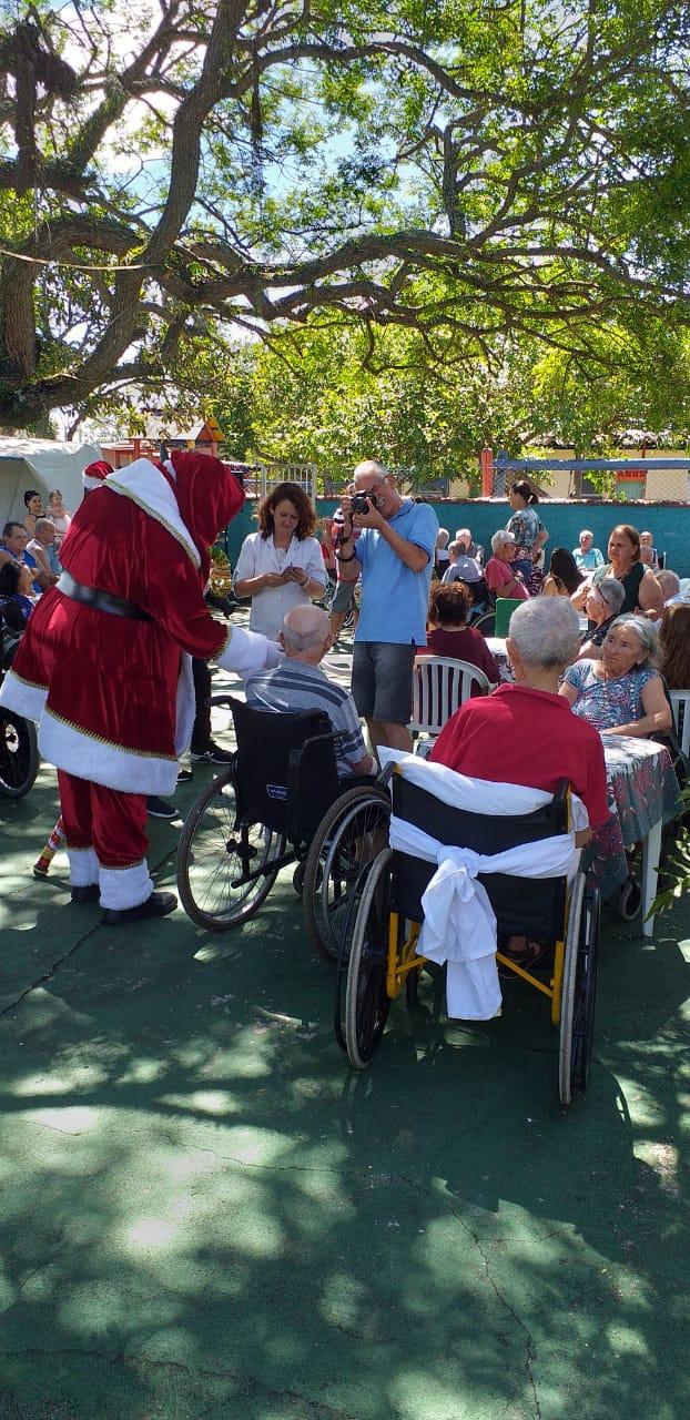 Iguatemi Florianópolis entrega 500 presentes de Natal doados por clientes para idosos e crianças